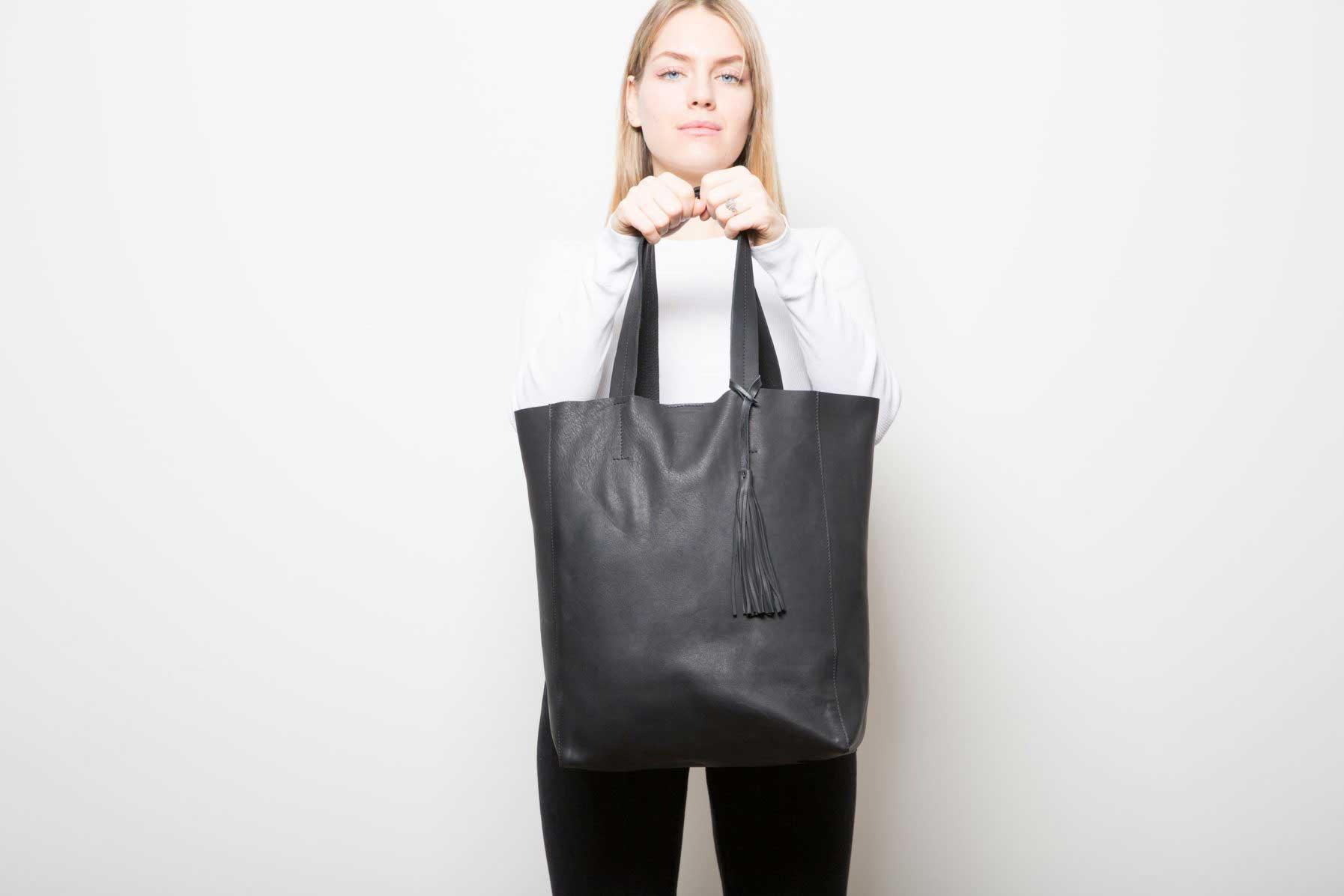 Grand Sac Shopper Noir - Porté de face - ordinari.shop