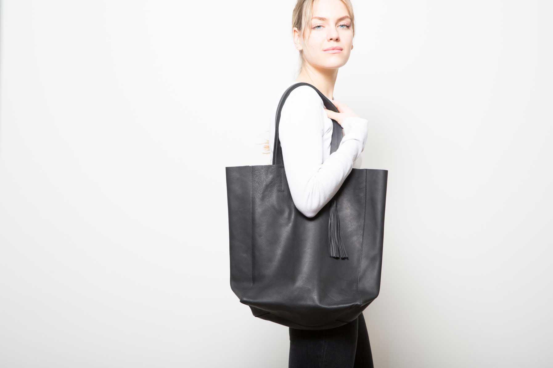Grand sac Shopper Cuir Noir porté de profil - ordinari.shop