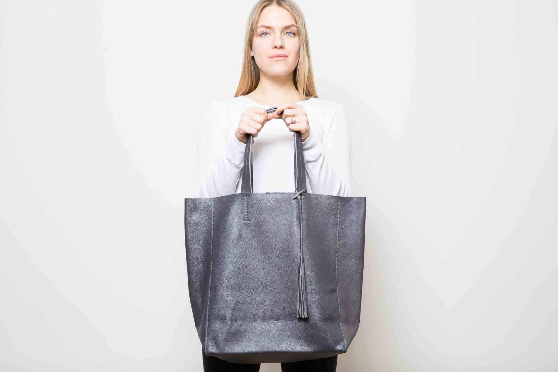 Visuel - Grand Sac Shopper en Cuir Gris Anthracite - porté de face - ordinari.shop