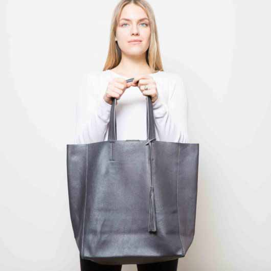 Visuel - Grand Sac Shopper en Cuir Gris Anthracite - porté de face - ordinari.shop