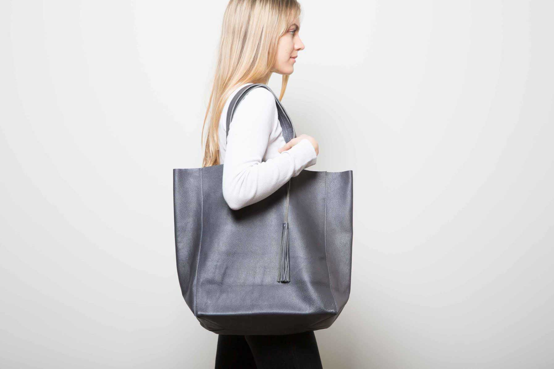 Visuel - Grand Sac Shopper en Cuir Gris Anthracite - porté de profil - ordinari.shop