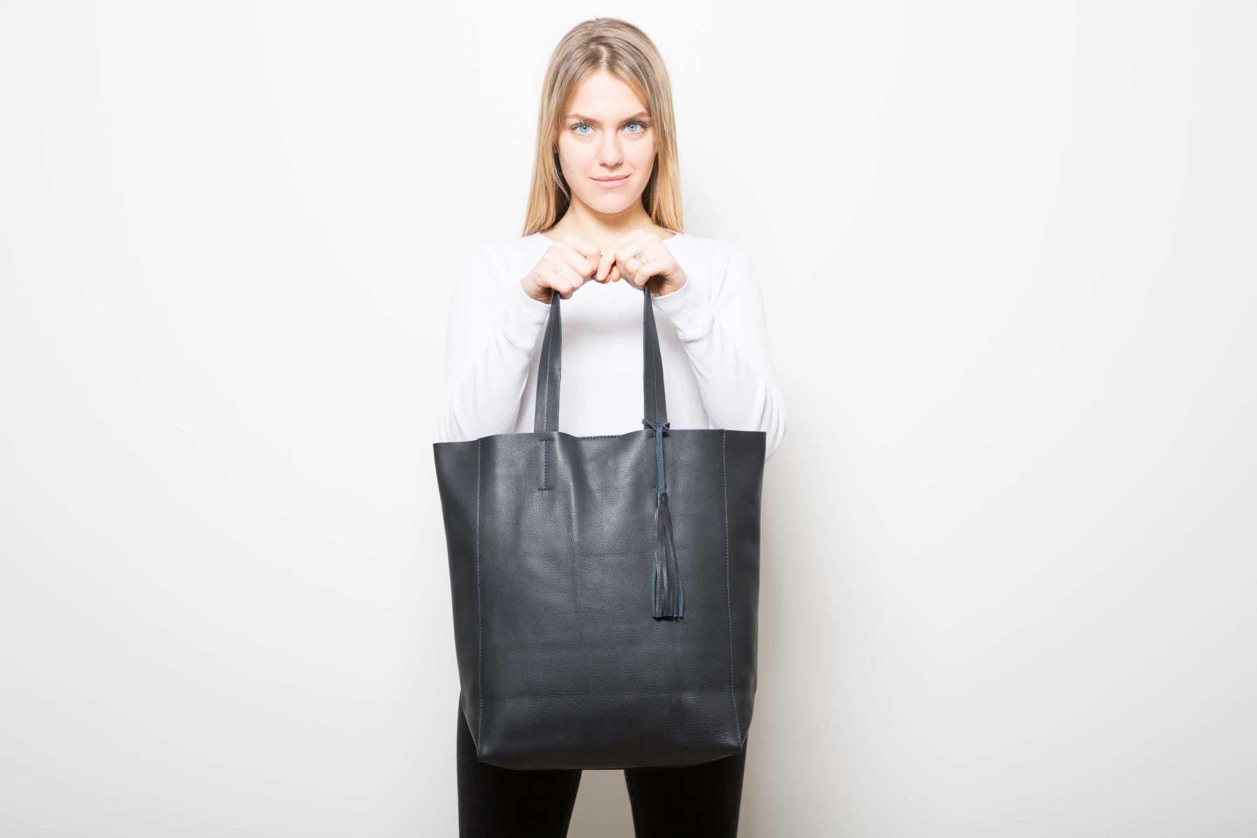 Visuel - Grand Shopper Bleu Noir - porté de face - ordinari.shop