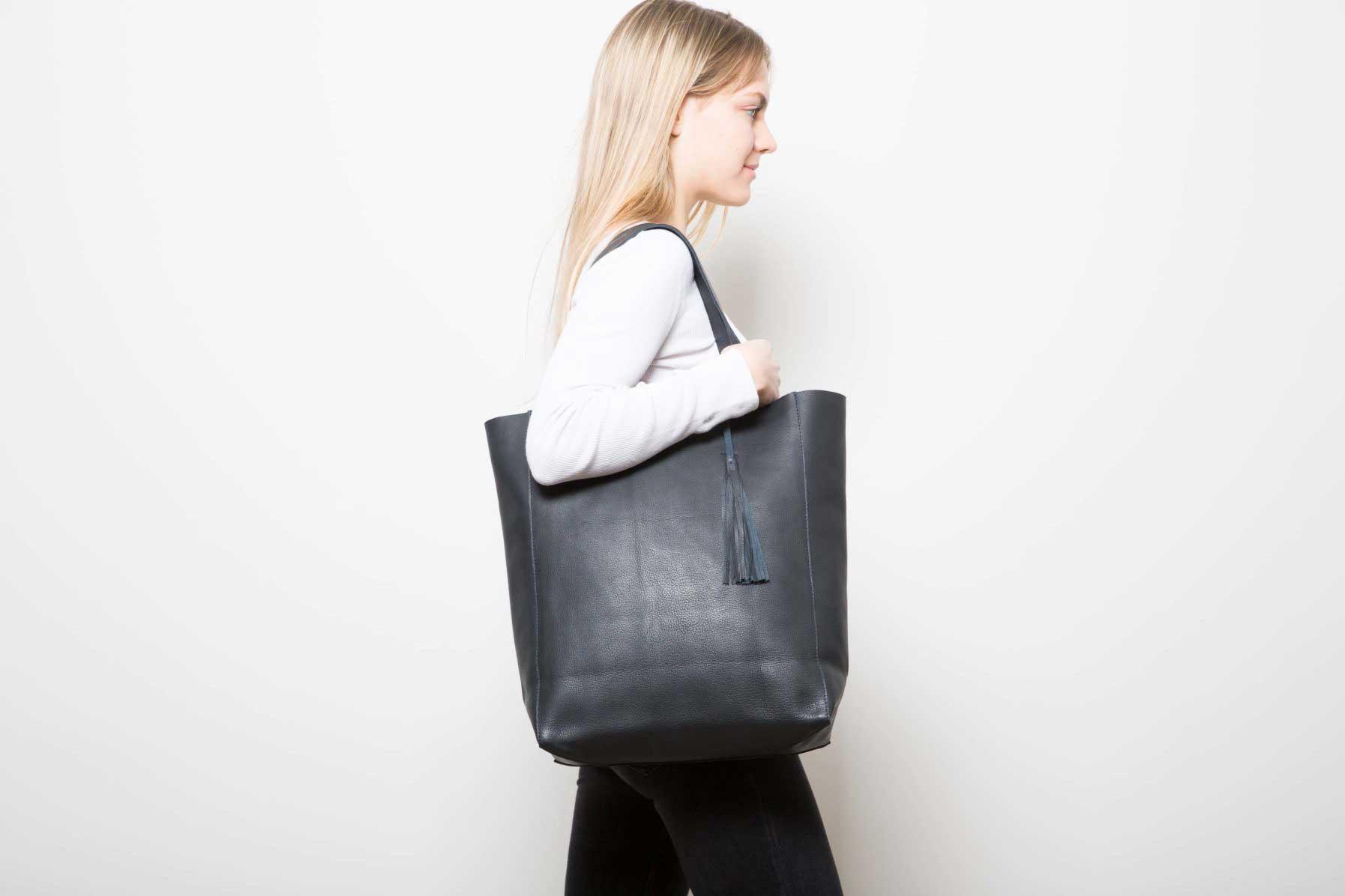 Visuel - Grand Shopper Bleu Noir - porté de profil - ordinari.shop
