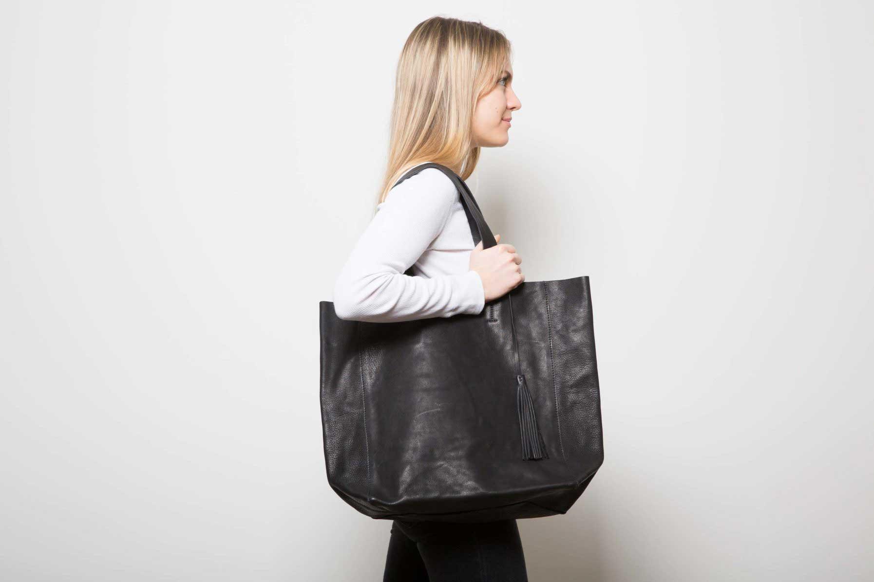 Visuel - Grand Shopper Cuir Noir Grainé - porté de profil - ordinari.shop
