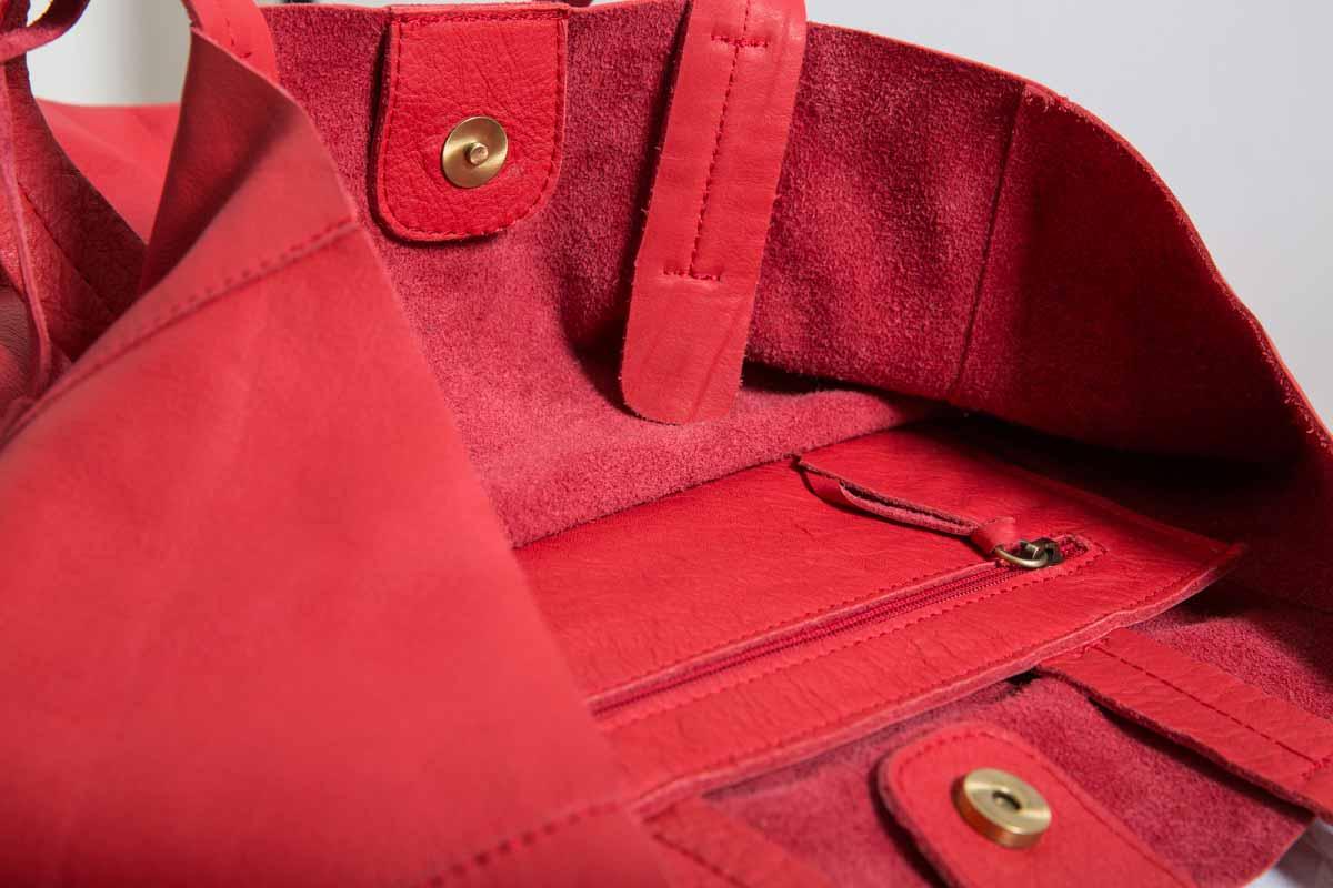 Visuel des détails du Grand Shopping Bag en cuir rouge - vue de côté