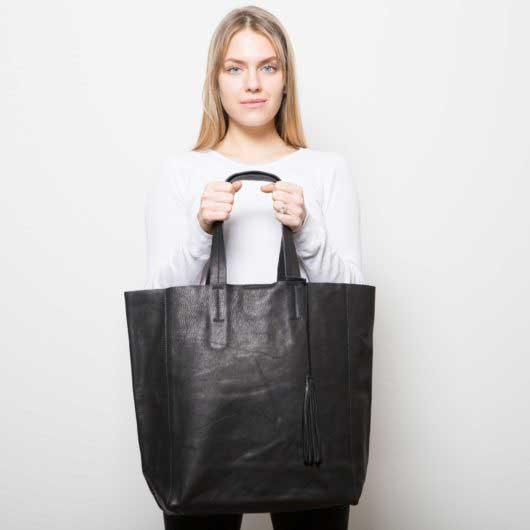 Visuel Grand Shopper Cuir Grainé Noir - porté de face