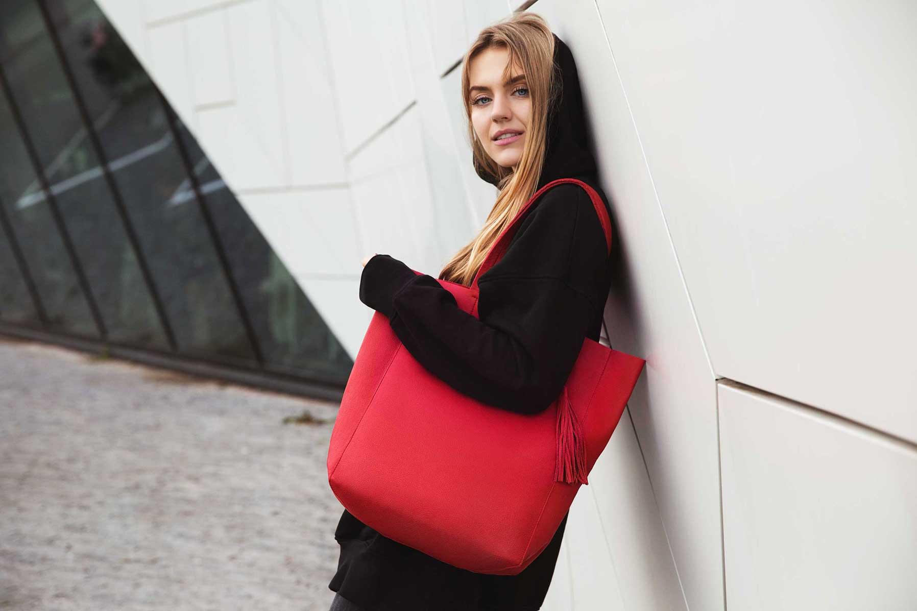 Visuel ordinari - sac modèle Shopper Bag Rouge sur mannequin en hoodie hoodie noir
