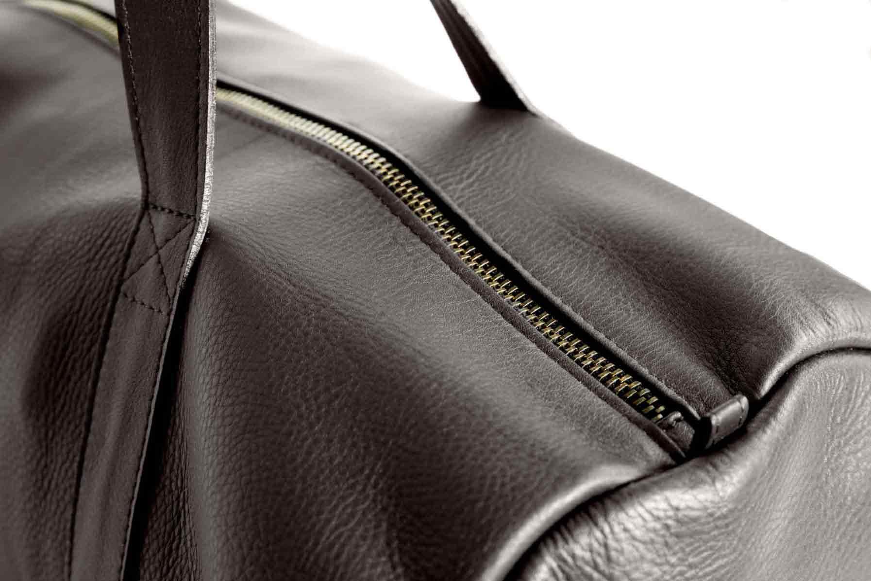 Visuel - Détail - sac modèle polochon - Lenox en cuir marron chocolat - ordinari.shop