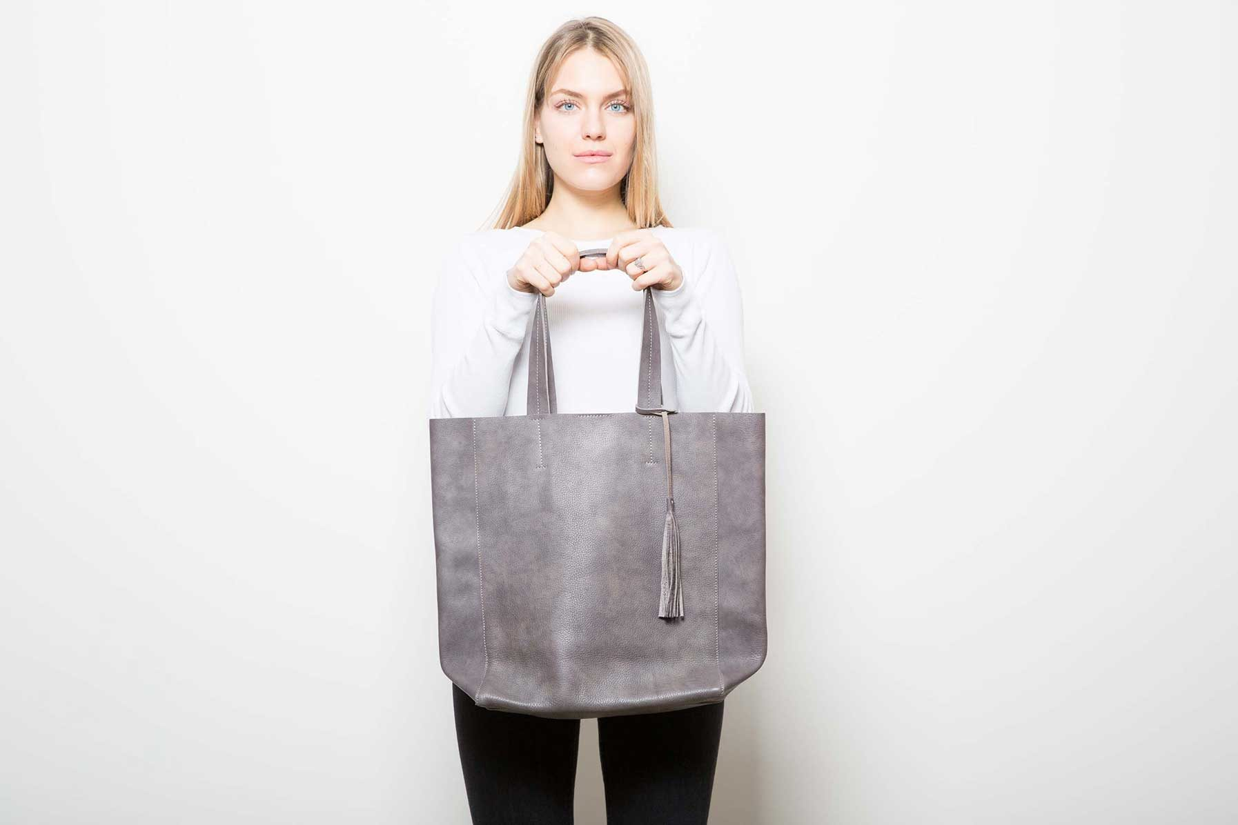 Visuel - Grand Shopper Gris Marron - porté de face - ordinari.shop