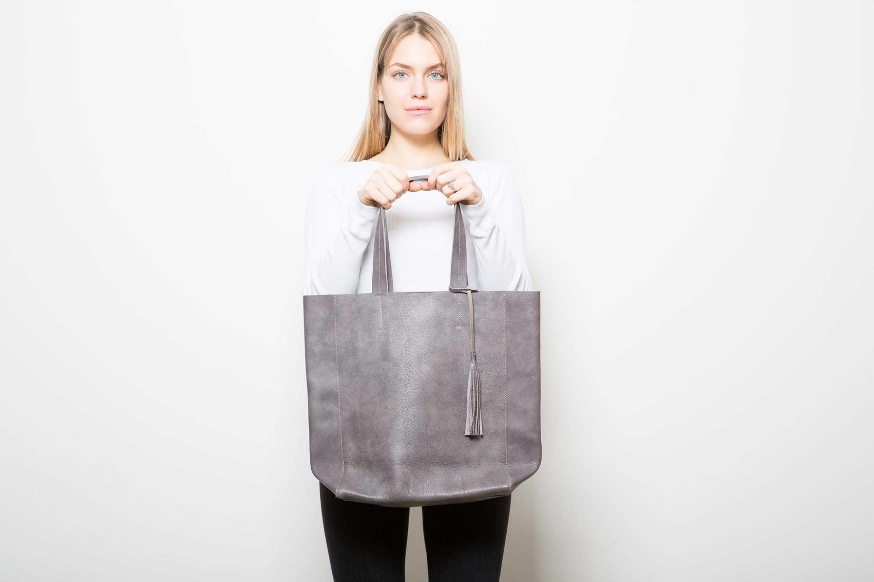 Visuel - Grand Shopper Gris Marron - porté de face - ordinari.shop