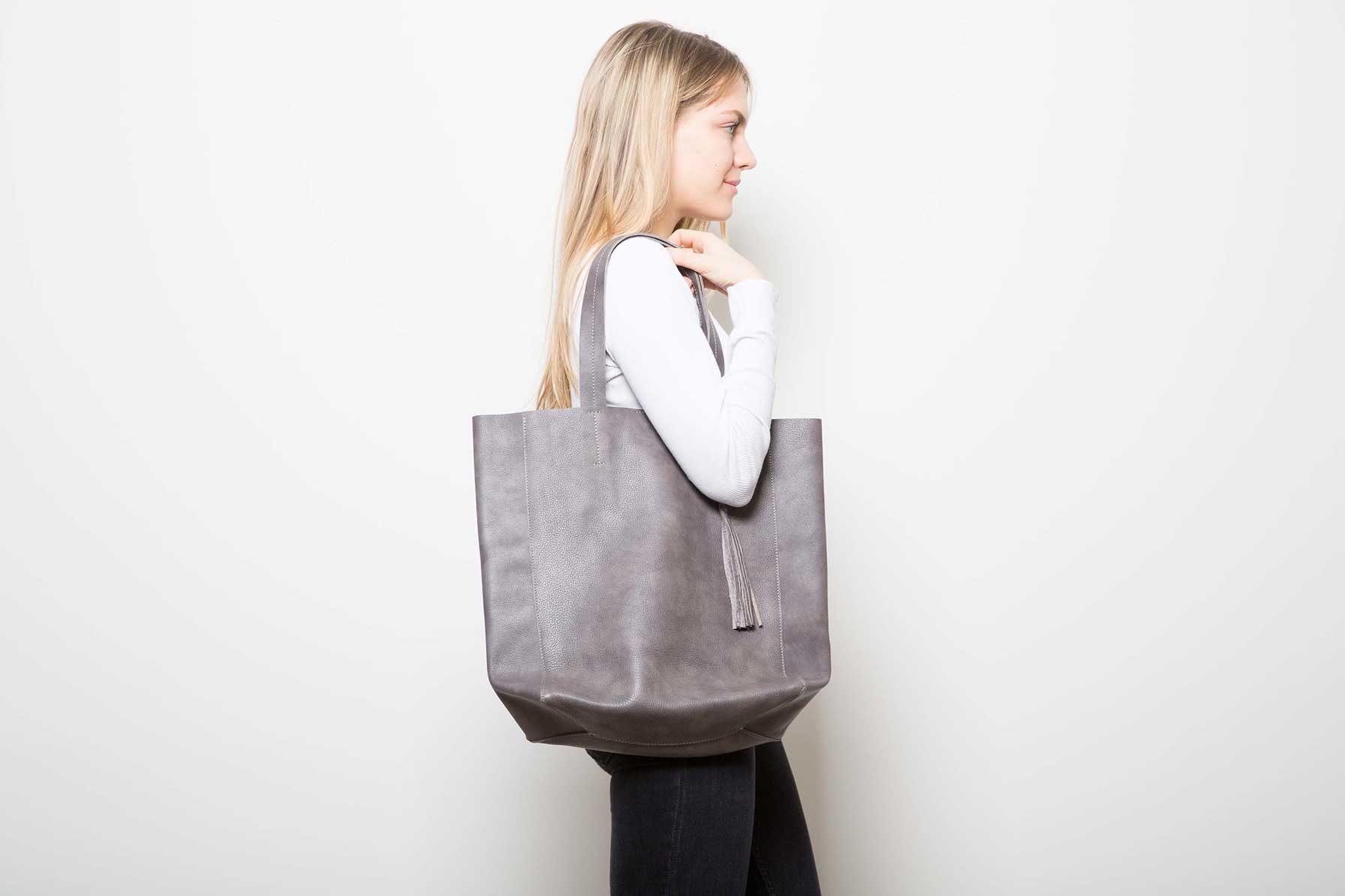 Visuel - Grand Shopper Gris Marron- porté de profil - ordinari.shop