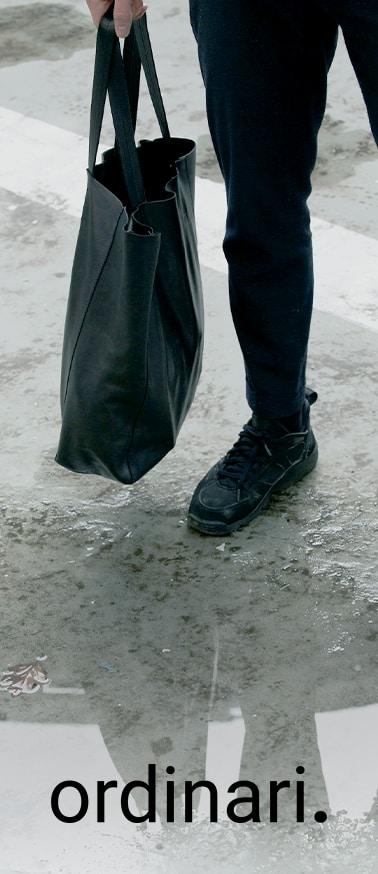 visuel du Grand shopper noir porté homme